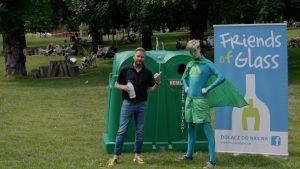 Bartek Jędrzejak w kampanii Friends of Glass wraz z Butelkomanem uczą segregacji.