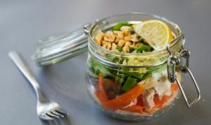 Besoin d'inspiration pour un bon petit plat ? Découvrez cette délicieuse recette de nouilles servies dans un bocal en verre !