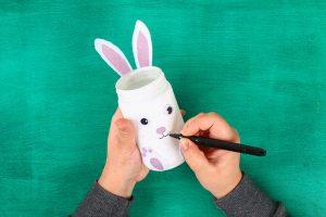 Coniglietti di Pasqua con barattoli di vetro